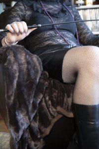 lady_kathy-bdsm-meesteres_zweep-in-stoel-p